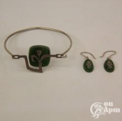 Комплект с нефритом браслет и серьги в металле